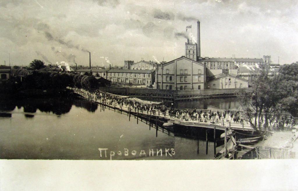 """Plostu tilts pār Sarkandaugavu pie rūpnīcas """"Provodņik"""" (tagad RER) ap 18. gs. beigām/ 19. gs. sākumu (Avots: Rīgas vēstures un kuģniecības muzeja arhīvs, 2011)"""